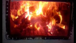 Бьется в тесной печурке огонь.