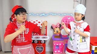 Boram finge estar cozinhando com novos brinquedos