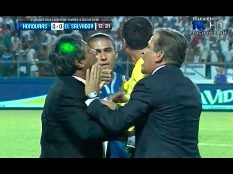 La pelea de Jorge Luis Pinto en el partido Honduras vs Slavador