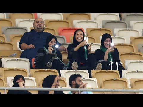 مشجعات سعوديات في ملعب لكرة القدم للمرة الأولى في تاريخ المملكة  - 21:23-2018 / 1 / 13