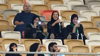 مشجعات سعوديات في ملعب لكرة القدم للمرة الأولى في تاريخ المملكة