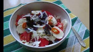 Салат из помидоров с моцареллой .