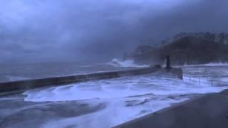 Lekeitio alarma roja  grandes olas de 8 metros azotan la costa.