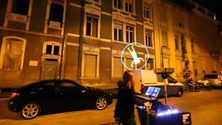 僕の街が映画の一幕みたいに。VJユニットの幻想的な街頭パフォーマンス