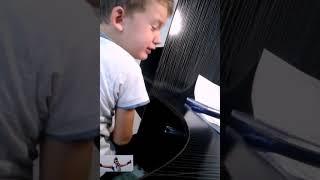 Мальчик делает уроки но не хочет учится