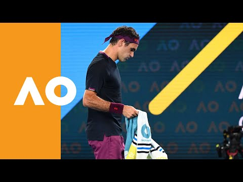 Roger Federer and Novak Djokovic receive treatment at set break (SF) | Australian Open 2020
