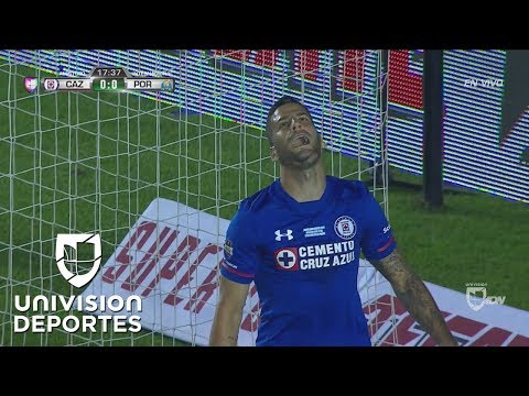Edgar Méndez falla una inmejorable para Cruz Azul y el partido sigue sin goles