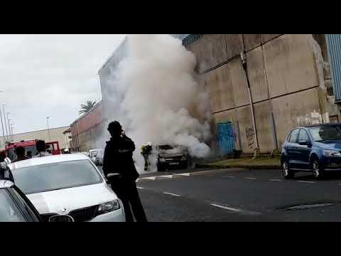 Los bomberos extinguen el fuego en un vehículo estacionado en el Barrio Pesquero de Santander