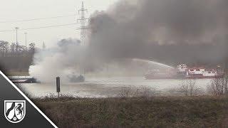 Gütermotorschiff brennt auf dem Rhein bei Duisburg