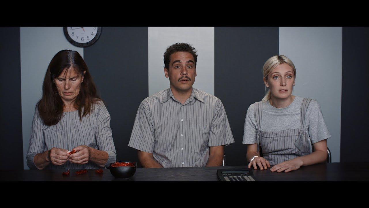"Bande-annonce: ""Une vie démente"" de Raphaël Balboni et Ann Sirot - YouTube"