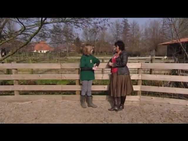 De Zomerhof: Dierentolk Mieke Zomer communiceert met ezel Bonny voor de VPRO