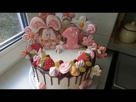 Торт на годик девочке с зайкой и цветами. Шоколадные подтеки, пряники, безе и ягоды.