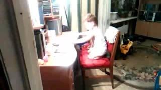 Ребёнок слушает музыку из Роботэк