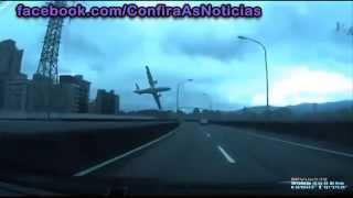 Momento que avião cai na capital de Taiwan Asia 31 mortos