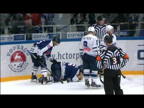 Даугавиньш ловит шайбу лицом / Daugavins unable to continue, faces the puck hard