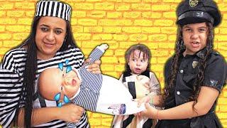 SARAH FINGE BRINCAR DE POLICIAL com a mamãe e salva o BEBÊ REBORN 5