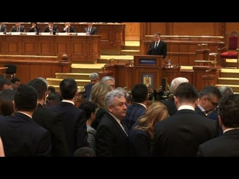 Romania: MPs walk out of parliament after Iohannis calls to quit