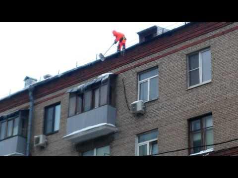Камикадзе из ГБУ Жилищник Донского района без страховки сбивает сосульки с крыши