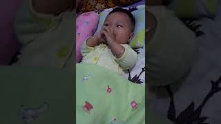 Video Bayi Lucu Sedang Buang Air Besar