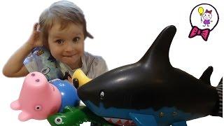 Акула Каракула - плавающая радиоуправляемая игрушка. Видео для детей. Свинка Пепа в восторге(Папа вернулся из командировки и привёз Саше и Свинке Пепе удивительную игрушку - радиоуправляемую Акулу..., 2016-02-28T21:49:16.000Z)