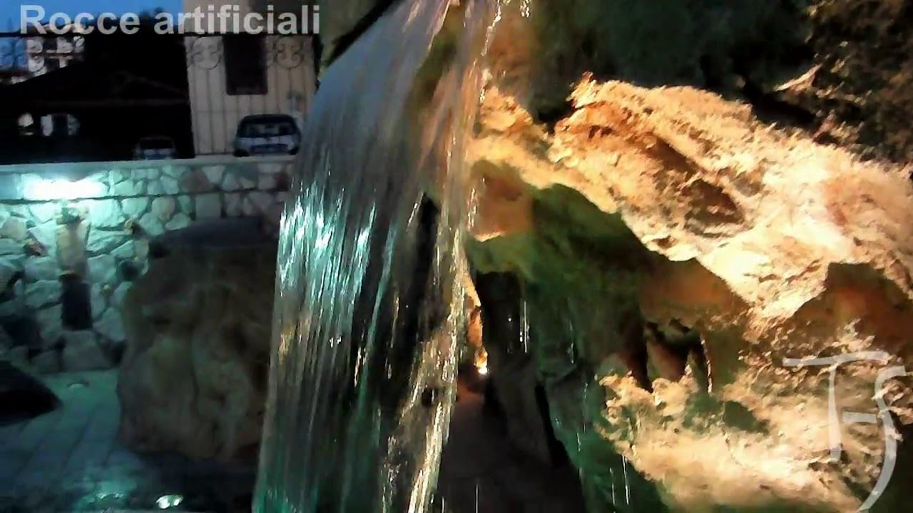Rocce artificiali con cascata artificiale su piscina for Piscina artificiale