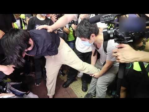 「23萬人九龍反送中」警方深夜清場 疑似便衣女警拍攝示威者被捉到用盡渾身解數終於在男警護送下離開