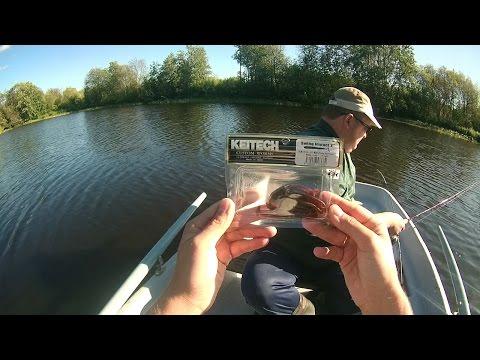 на реке и у реки ловят рыбу рыбаки чайник