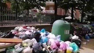 Roma sommersa dai rifiuti. Operatori esausti: