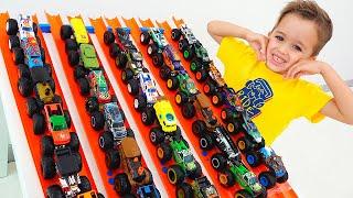 Vlad và Nikita chơi với xe tải đồ chơi quái vật Hot Wheels cho trẻ em