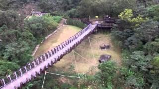 這座沒有湖的吊橋,橋上方有高壓電塔與電線穿過,旁邊樹多,橋上風也不...