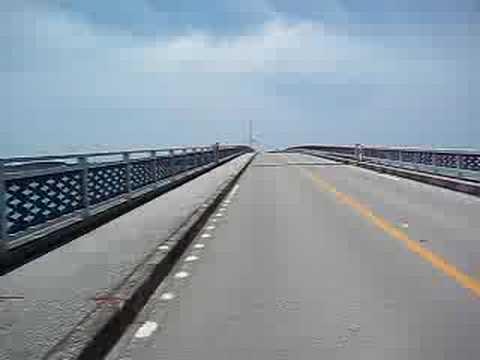 池間大橋を渡る