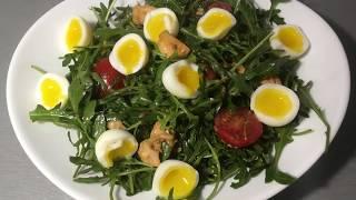 Салат из рукколы и лосося с перепелиными яйцами