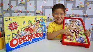 Rafael e Mamãe Brincando com o Jogo Operando da Hasbro