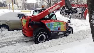 Новая техника убирает снег во дворах города Харькова