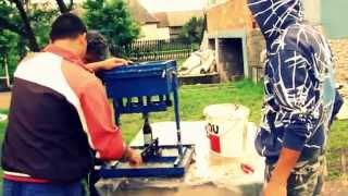 Repeat youtube video A Cserepressz bemutatja - Brikett készítés Halmajon című kis filmét