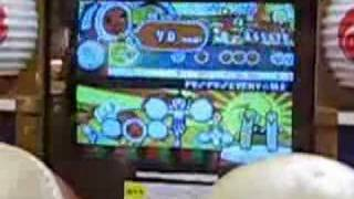 Some girl in Doutombori playing 太鼓の達人(taiko no tatsujin). Song...