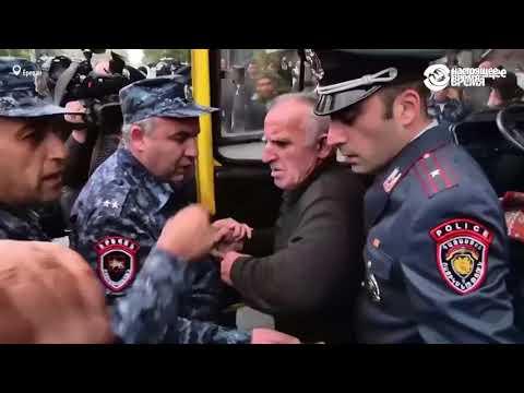 Во время протестов в Ереване водитель маршрутки отказался помогать полиции