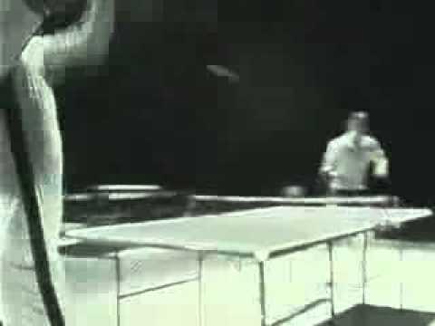 Брюс Ли играет в настольный теннис нунчаками...