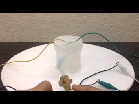 como encender una bombilla con agua y sal