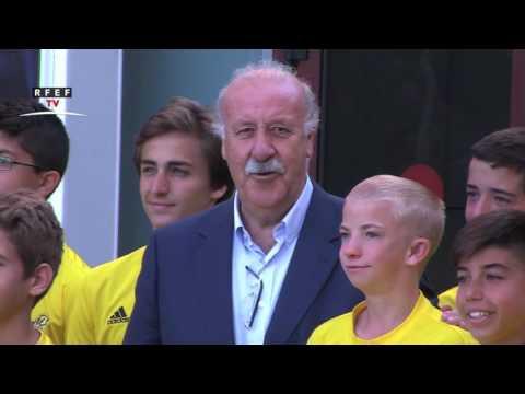 Vicente del Bosque, con los niños del Campus de la Fundación RFEF