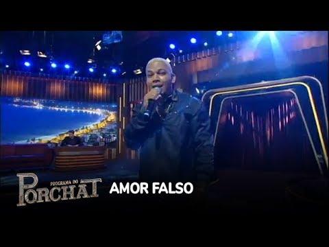 Aldair Playboy canta Amor Falso no palco do Porchat