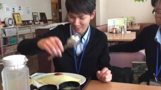 自動車学校 オムライスを食べる内村先生 口コミで評判 thumbnail
