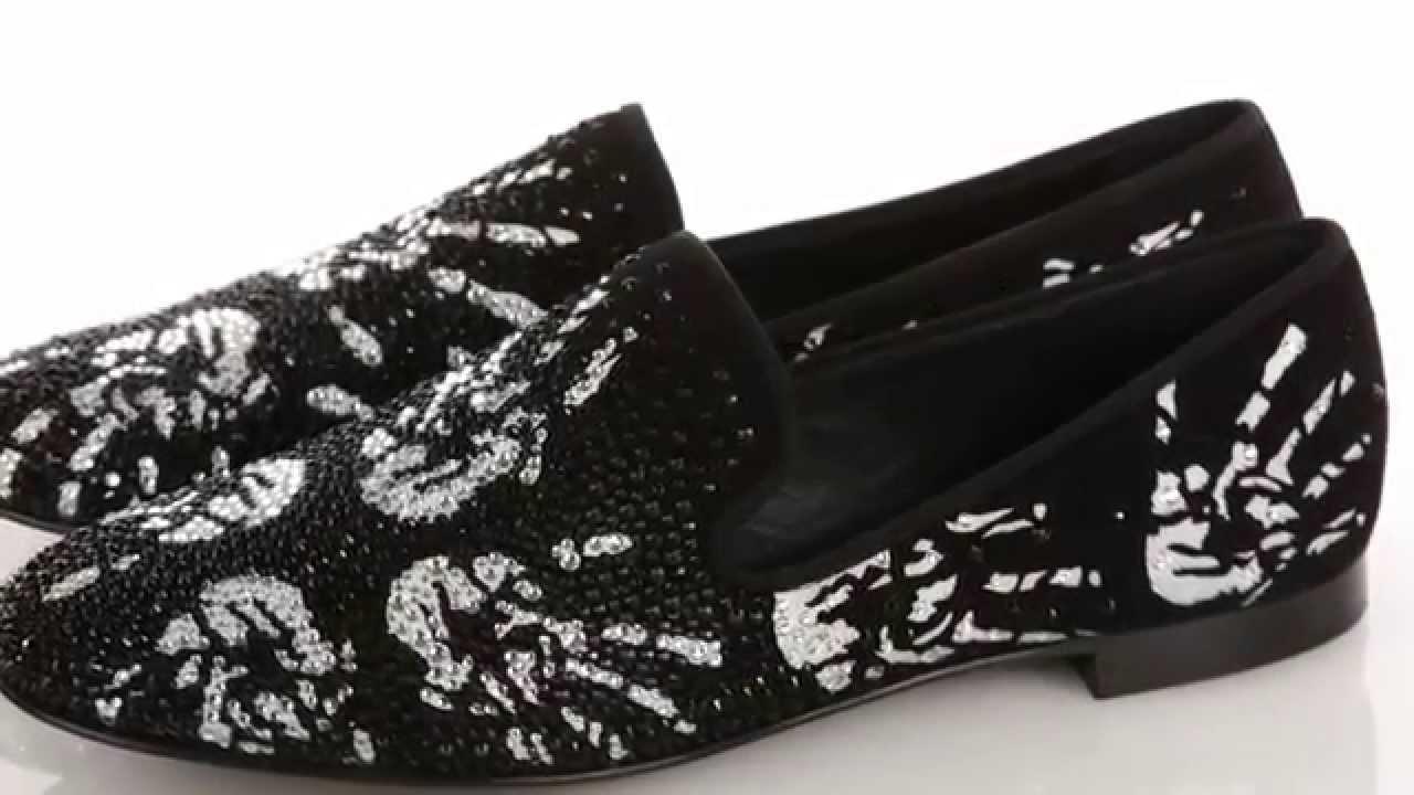 Джузеппе занотти оттачивал свое мастерство, работая над коллекциями для dior и roberto cavalli. Сегодня его именной бренд создает обувь, которая не нуждается в представлении: вечерние модели giuseppe zanotti design блистают на всех значимых ковровых дорожках от канн до лос-анджелеса. При.