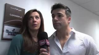 Claudia Raia paparica namorado em estreia.mp4
