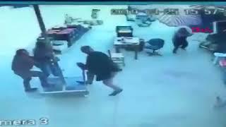 Şemsiyeyi tutmaya çalışırken uçtu