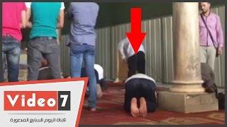 بالفيديو.. شاب يخالف القبلة فى الجامع الأزهر.. ويدّعى: