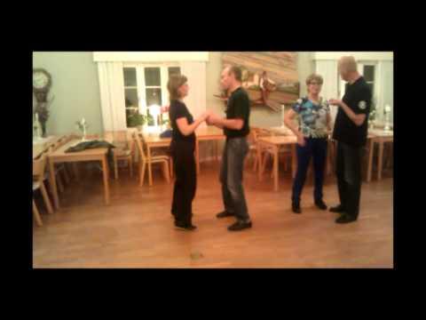 Romelanda Folkdanslag provar på Bachata