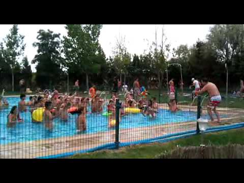 Fiesta en la piscina de mucientes pe as de valladolid for Piscina valladolid