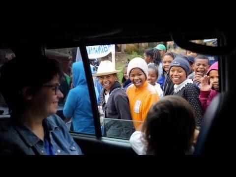 DES MILLIERS D'ENFANTS FANS DE LA PETITE ROSE (Antsirabe - Madagascar)