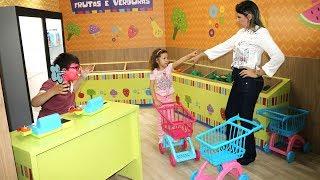 MÃE E FILHA BRINCANDO NO Mercado com Carrinho de Brinquedo - MINI MERCADO